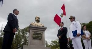 El alcalde de Tegucigalpa, Nasry Asfura (i), el embajador peruano en Honduras, Guillermo Gonzales (c), y el contralmirante peruano Cristian Eduardo Lindley Ruiz (d), participan en la inauguración de la Plaza República de Perú, en Tegucigalpa (Honduras). EFE