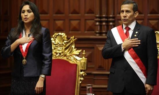 El presidente de Perú Ollanta Humala (d) y la presidenta del Congreso peruano Ana María Solórzano (i) cantan el himno nacional antes del tradicional discurso presidencial anual ante el Congreso en Lima (Perú). EFE