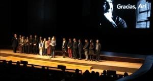 Edgard Saba, director del Festival de Cine de Lima (c) da las palabras de bienvenida y el reconocimiento póstumo al actor peruano Aristótoles Picho en la ceremonia de inauguración del Festival de Cine de Lima. EFE