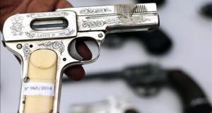 Menor de 3 años hiere a sus padres tras disparo accidental con una pistola De acuerdo a la policía de Albuquerque, el niño encontró una pistola automática de 9 milímetros en el bolso de su madre Monique Villescas, sacó el arma y rápidamente efectuó un disparo, hiriendo a sus dos progenitores. EFE/Archivo