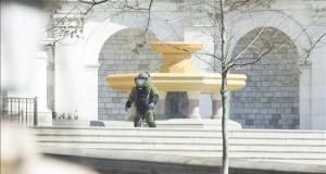 Tras oírse un tiro en sus inmediaciones Un miembro del escuadrón antibombas acude al lugar donde se encontró un paquete sospechoso cerca al Capitolio de EE.UU.