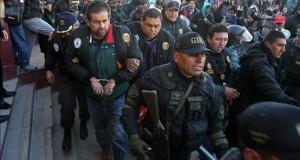 Policías peruanos escoltan al empresario peruano Martín Belaunde Lossio (4-i) este viernes 29 de mayo de 2015, luego de su entrega por parte de las autoridades bolivianas en el puente internacional de Desaguadero, localidad fronteriza entre Bolivia y Perú.