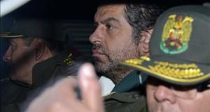 Policías bolivianos escoltan al empresario peruano Martín Belaunde Lossio (c) en el acto de entrega a las autoridades peruanas en el puente internacional de Desaguadero, localidad fronteriza entre Bolivia y Perú.