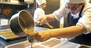 El Celler de Can Roca, mejor restaurante del mundo por segunda vez Miembros del equipo de cocina del Celler de Can Roca trabajan en el restaurante esta mañana.
