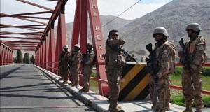 Prorrogan la intervención de las FF.AA. en 3 regiones de Perú para evitar disturbios Militares custodian un puente en la localidad de Cocachacra, Arequipa (Perú).