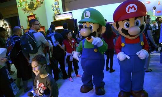 Nintendo presenta en Los Ángeles los juguetes Amiibo Promotores disfrazados de los personajes del videojuego Mario Bross caminan por el pabellón de Nintendo hoy, martes 16 de junio de 2015, durante la inauguración de la feria de videojuegos E3 (Electronic Entertainment Expo), en Los Ángeles, California (EE.UU.). La exposición E3 presenta los nuevos juegos y las consolas en una reunión anual que despierta gran interés entre los entusiastas de los videojuegos y las compañías proveedoras.