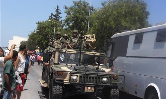 Miembros de las fuerzas de seguridad acordonan el lugar del ataque terrorista en Susa, Túnez hoy 26 de junio de 2015 en donde al menos 27 personas han muerto y otras seis han resultado heridas en un asalto terrorista contra dos hoteles.