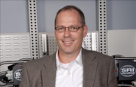 Fotografía cedida en donde aparece Rich Mahoney, director de robótica de SRI International, uno de los centros de investigación más conocidos de Silicon Valley. Mahoney declaró que los robots han comenzado a salir de las fábricas y se adentrarán pronto en hogares, hoteles, restaurantes y otros espacios de la vida cotidiana.