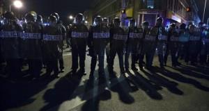 Destituyen al jefe de Policía de Baltimore por creciente oleada de violencia Vista de una barrera formada por policias de Baltimore