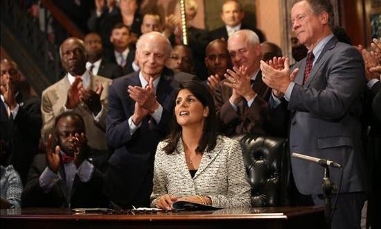 Gobernadora firma ley en EE.UU. para remover bandera de Capitolio estatal La gobernadora de Carolina del Sur, Nikki Haley, firma la ley que remueve la bandera confederada del Capitolio del Estado, en Columbia, Carolina del Sur.