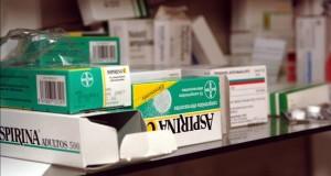 Uso de aspirina para problemas cardiovasculares entre hispanos es menor Vista de varias cajas de aspirina.