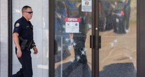 """Cuatro militares muertos deja un ataque de """"terrorismo doméstico"""" en EE.UU. Un oficial de la Policía fue registrado al pasar cerca a la puerta del edificio de reclutamiento militar de Chattanooga (Tennessee, EE.UU.), donde murieron cuatro infantes de marina en medio de un tiroteo causado por Muhammad Youssef Abdulazeez, ciudadano estadounidense de origen kuwaití de 24 años, quien trabajaba como agente de seguridad del Departamento de Obras Públicas de la ciudad y también murió en el hecho."""