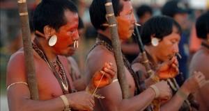 Ministerio peruano inicia contacto controlado con indígenas en aislamiento En lo que va del año, el ministerio de Cultura peruano ha registrado cinco avistamientos de los nativos mashco piro en sus ingresos a poblaciones en zonas alejadas de Madre de Dios, limítrofe con Bolivia y Brasil. EFE/Archivo