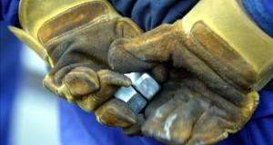 Perú se convierte en un destino de la migración laboral mundial Un trabajador sostiene en sus manos varias tuercas. EFE/Archivo