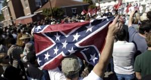 El Ku Klux Klan y el grupo Black Panther marchan en calles Carolina del Sur Un simpatizante del Ku Klux Klan (KKK) hace ondear una bandera confederada.