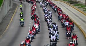 Unos 2.500 motociclistas desfilan por Lima con colores de la bandera peruana Motociclistas desfilan con los colores de la bandera peruana este domingo 19 de julio de 2015, en Lima (Perú). EFE