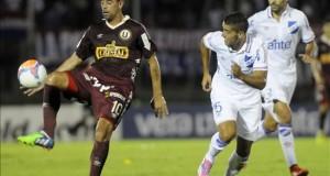 Universitario gana más de dos meses después gracias a un gol en propia meta En la imagen, el jugador Carlos Grossmüller (i) de Universitario de Perú. EFE/Archivo