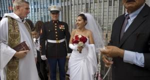 Una pareja se sobrepone a una deportación y se casan en el muro fronterizo entre EE.UU. y México Emma Sánchez, de 40 años, y su esposo, Michael Paulsen (c), de 50, conversan con el reverendo Dermot Rogers (i), este 19 de julio de 2015, en San Diego, California