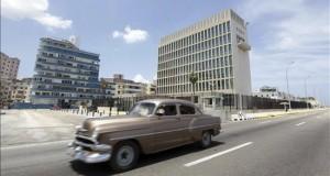 EE.UU. confirma el restablecimiento diplomático con Cuba y la reapertura de su embajada Un auto pasa frente a la Embajada de Estados Unidos en Cuba en La Habana (Cuba).