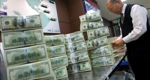 United Technologies ganó 2.968 millones en el primer semestre, un 2,6 % más Un empleado cuenta billetes de dólar estadounidenses.