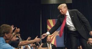 """Trump llama """"idiota"""" a rival republicano y revela su número de teléfono El magnate Donald Trump saluda a seguidores."""