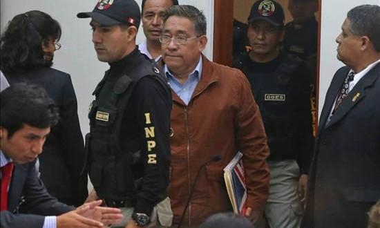 """Juicio por """"narcoindultos"""" dirime la presunta corrupción en el Gobierno de García El exfuncionario Facundo Chinguel (c) ingresa al juicio oral en el penal de Piedras Gordas en Lima. Chinguel presidió la comisión de gracias presidenciales del Ministerio de Justicia, acusada de permitir los indultos. EFE/Andina"""