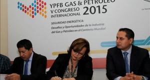 Bolivia firma acuerdos para abastecer de hidrocarburos al sur de Perú Fotografía cedida por la Agencia Boliviana de Información (ABI) donde se ve el ministro boliviano de Hidrocarburos Luis Alberto Sánchez (i) y la ministra de Energía y Minas de Perú Rosa María Ortiz (c) firmando acuerdos junto al presidente de Yacimientos Petrolíferos Fiscales Bolivianos (YPFB) Guillermo Achá (d) en Santa Cruz (Bolivia). EFE
