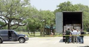 """Cámara Baja de EEUU abre fuego contra las """"ciudades santuario"""" de inmigrantes  Agentes de la patrulla fronteriza de los Estados Unidos investigan un camión que transportaba a un grupo de 18 inmigrantes indocumentados."""