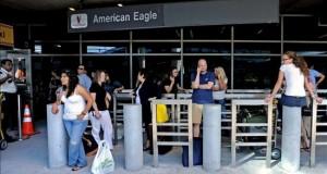 Un corte eléctrico en el aeropuerto de LaGuardia provoca retrasos en vuelos Varios pasajeros esperan la reapertura de la terminal principal del Aeropuerto LaGuardia en Nueva York, Estados Unidos.