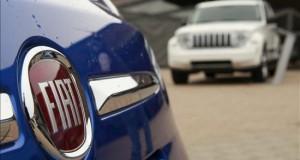 """Fiat Chrysler revisará 1,4 millones de vehículos por temor a hackers Fiat Chrysler (FCA) dijo hoy que llamará a revisión 1,4 millones de vehículos para parchear su software y evitar que sus sistemas puedan ser pirateados tal y como demostraron recientemente dos """"hackers"""" estadounidenses."""