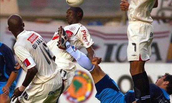 Deportivo Municipal es el nuevo líder y Universitario el colista del fútbol en Perú Universitario decepcionó a sus hinchas al caer goleado por León de Huánuco por 1-4 y quedar confinado al último lugar de las posiciones con apenas 9 puntos. En la imagen el registro de otra de las actuaciones del Universitario de Perú.