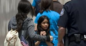 Fallo de jueza sobre liberación de niños indocumentados genera incertidumbre Una niña de 8 años, observa a un oficial estadounidense de fronteras.