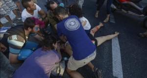 Al menos seis heridos en un apuñalamiento durante la Marcha del Orgullo Gay en Jerusalén Varias personas tratan de ayudar a una de las seis personas apuñaladas mientras participaban en la Marcha del Orgullo Gay en Jerusalén, Israel.