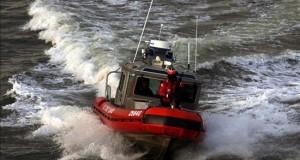 Rastrean 44.000 millas en busca de 2 chicos desaparecidos en mar en Florida Un bote de la Guardia Costera de los Estados Unidos realiza un patrullaje.