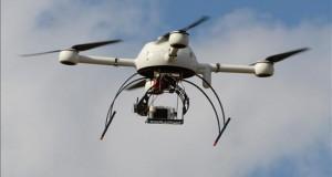 Facebook construyó un dron con el que llevará internet a áreas remotas La red social Facebook anunció hoy que construyó un dron gigante que puede volar a una altura de hasta 27,5 kilómetros y con el que busca llevar internet a áreas remotas del planeta.