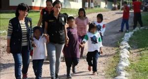 Sendero Luminoso mantiene entre 170 y 200 cautivos en condición de esclavitud Integrantes de la Policía Nacional de Perú acompañan a indígenas peruanos que fueron rescatados del grupo Sendero Luminoso, en la base contraterrorista de Mazamari del Vraem (Perú).