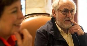 """""""Yo filmo mucho por venganza contra el mundo que me tocó"""", afirma Ripstein El director mexicano Arturo Ripstein (d), acompañado de su esposa Paz Alicia Garcíadiego (i), participa en una entrevista en Lima (Perú)."""