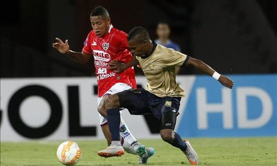 2-0. Águilas Doradas saca un importante triunfo ante Unión Comercio de Perú El jugador de Águilas Doradas Edinson Palomino (d) disputa el balón con el jugador de Unión Comercio Alexander Sánchez (i), este 13 de agosto de 2015, en Medellín (Colombia), durante el partido de primera fase de la Copa Sudamericana.