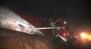Caída de avioneta deja dos militares heridos en el sur de Lima Fotografía cedida por la Agencia Peruana de Noticias Andina en la que se registró una avioneta que se accidentó al caer en un cerro del distrito de Villa María del Triunfo, en el sur de Lima (Perú).