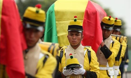 """Perú entrega a Bolivia los restos mortales de dos militares de la Guerra del Pacífico Uniformados bolivianos posan, este 17 de agosto, junto a los restos de dos soldados bolivianos que fueron hallados en el campo del Alto de la Alianza, en la región sureña de Tacna, durante los honores """"de la tradición militar"""" que se realizan en Lima, Perú."""