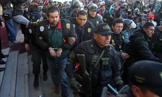 El peruano Belaunde Lossio confirmó sobornos en Bolivia, según fiscal boliviano Policías peruanos escoltan al empresario peruano Martín Belaunde Lossio (4-i) en el puente internacional de Desaguadero, localidad fronteriza entre Bolivia y Perú.