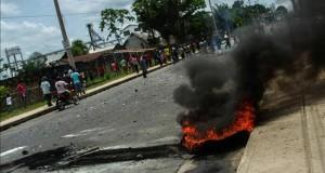 Paro en región peruana busca que el Estado asuma operación de lote petrolero Manifestantes vistos este martes 25 de agosto de 2015, durante un paro convocado por sindicatos y organizaciones indígenas contra la adjudicación del lote petrolero más grande del país en Iquitos (Perú).