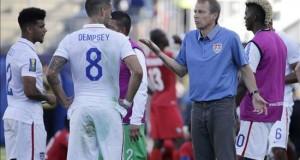 Klinsmann llama a 7 jugadores de origen latino para choques con Perú y Brasil El seleccionador de Estados Unidos Jürgen Klinsmann (dcha) habla con sus jugadores.