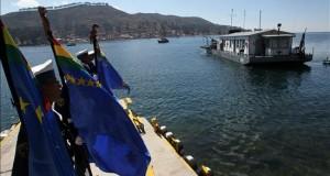 """Médicos Bolivia y Perú viajan por el lago Titicaca para atender a sus pobladores Soldados bolivianos despiden a una brigada de médicos de Bolivia y Perú que inicia hoy, lunes 31 de agosto de 2015, una travesía de ocho días en el barco Hospital """"Julián Apaza"""" para atender a pobladores del lago Titicaca, compartido por ambos países, dentro de una campaña binacional de salud promovida por las Armadas de ambos países."""
