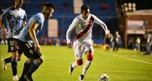 El peruano Sergio Peña se va cedido al Alianza de Lima hasta final de año Sergio Peña (d) de Perú disputa el balón con Gastón Pereiro (i) y Facundo Boné (2-i).