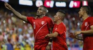Perú amplía sus opciones y evidencia errores defensivos Jefferson Farfán (i) de Perú celebra su gol ante Colombia el 8 de septiembre de 2015, durante un partido amistoso ante Colombia en el estadio Red Bull Arena de Nueva Jersey (EE.UU.).