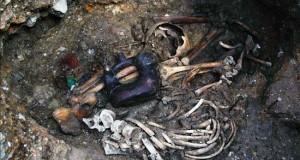 Descubren en Perú una tumba intacta de 2.700 años con restos de dos sacerdotes Fotografía cedida, este 15 de septiembre, de una tumba descubierta con dos sacerdotes junto a una cerámica escultórica de asa estribo con cuerpo de serpiente y cabeza de jaguar, al lado de un collar de cuentas de oro, manchas de cinabrio rojo, malaquita verde, mineral negro y marrón.