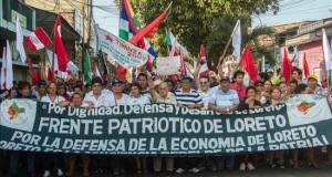 Indígenas mantienen paralizado el mayor lote petrolero de Perú Un grupo de manifestantes grita consignas el 3 de septiembre de 2015, durante una protesta por la explotación privada de crudo en Iquitos (Perú).