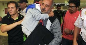 El refugiado sirio y sus hijos estrenan nuevo hogar y nueva vida en Getafe (Madrid) Osama Abdul Mohsen (c) y su hijo, Zaid, los refugiados sirios zancadilleados por una periodista húngara cuando huían de la policía en Hungría, a su llegada a la estación de tren de Sants, en Barcelona, para partir hacia Madrid.