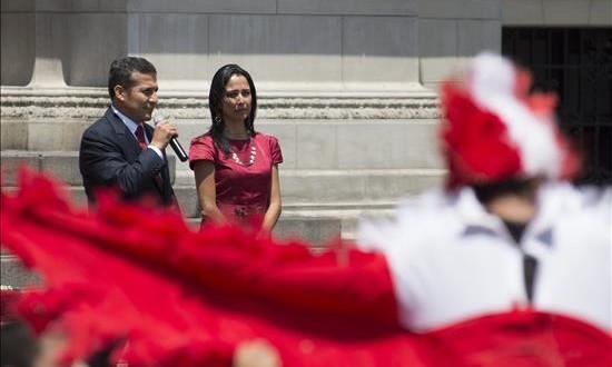 """Humala afirma tener la """"conciencia limpia"""" y rechaza las acusaciones contra su esposa El presidente de Perú, Ollanta Humala, habla junto a la primera dama Nadine Heredia."""